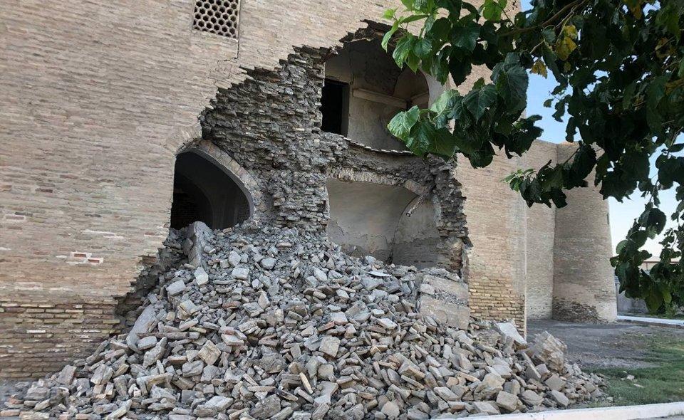 Обрушилась часть стены медресе Абдуллахана в Бухаре. Прокуратура проводит проверку