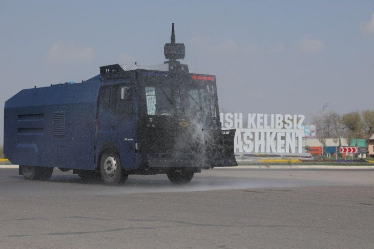 На улицы Ташкента вышла спецтехника для дезинфекции от коронавируса. Этим занимаются сотрудники Национальной гвардии и МВД