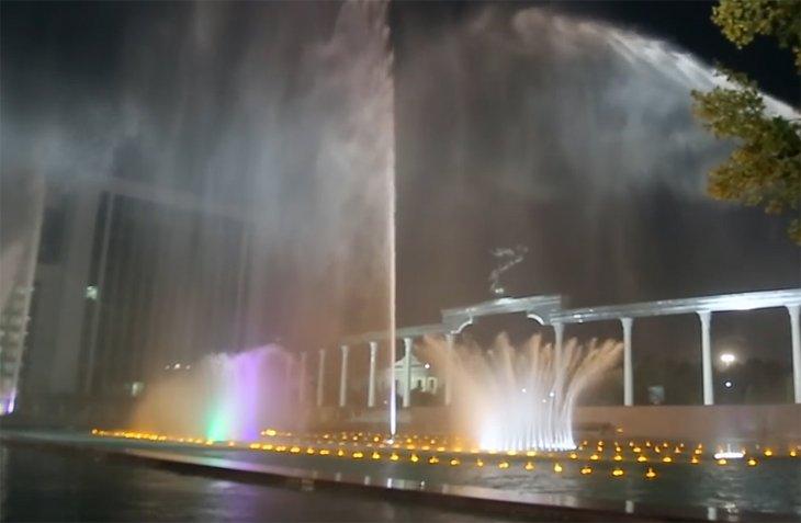 """На площади """"Мустакиллик"""" завершилась реставрация фонтанов (видео)"""