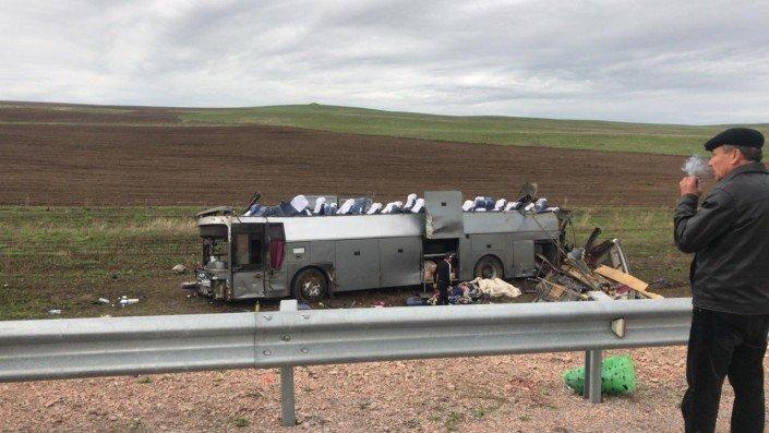В Казахстане перевернулся автобус — 11 человек поглибли - 2